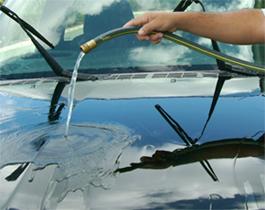 使用無經過加壓的水由車頂沖水下來把整台車子沖洗乾淨