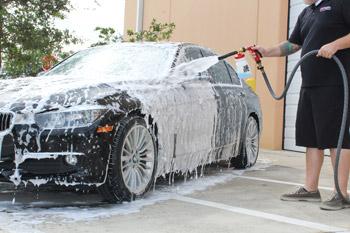 如果您不喜歡使用水管和水桶洗車的話,可以改用泡沫槍